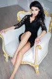 一件性感的短的礼服的美丽的妇女 免版税图库摄影
