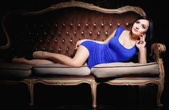 一件性感的短的蓝色礼服的美丽的女孩 图库摄影