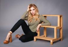 一件性感的礼服的美丽的女孩 免版税图库摄影