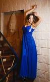 一件性感的蓝色礼服的美丽的女孩 库存照片