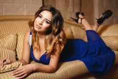 一件性感的蓝色礼服的美丽的女孩 免版税图库摄影