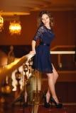 一件性感的蓝色礼服的美丽的女孩 免版税库存图片