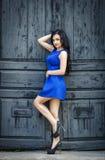 一件性感的蓝色礼服的美丽的妇女 免版税库存照片