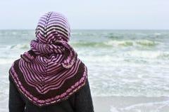 一件披肩的女孩在防波堤 库存照片