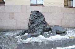 一头斜倚的狮子的雕塑 免版税库存照片