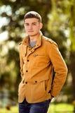 一件时髦夹克的可爱的年轻人 免版税库存图片