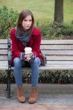 一件时髦的红色外套的妇女 免版税库存图片