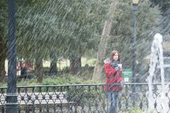 一件时髦的红色外套的妇女 免版税图库摄影