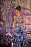 一件明亮的色的晚礼服的青少年的女孩 库存图片