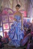 一件明亮的色的晚礼服的青少年的女孩 库存照片