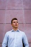 一件明亮的衬衣的年轻商人 免版税图库摄影