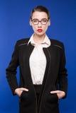 一件黑暗的夹克的妇女有有玻璃的一支红色唇膏的 免版税库存照片