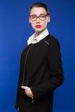 一件黑暗的夹克的妇女有有玻璃的一支红色唇膏的 免版税库存图片