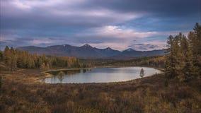 一晴朗的秋天天timelapse的Mountain湖,西伯利亚,阿尔泰 股票录像