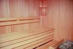 一间木蒸汽浴屋子的内部有灯的 库存图片