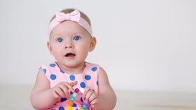 一件桃红色圆点礼服的小女孩有在头的绷带的 股票视频