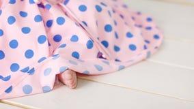一件桃红色圆点礼服的小女孩有在头的绷带的 影视素材