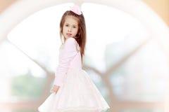 一件桃红色礼服的典雅的小女孩 免版税图库摄影