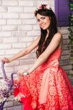一件桃红色礼服的女孩在内部 免版税库存图片