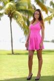 一件桃红色礼服的性感的妇女 免版税库存图片