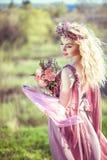 一件桃红色礼服的美丽的白肤金发的女孩 免版税图库摄影