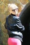 一件桃红色礼服的金发碧眼的女人在隧道附近 库存照片