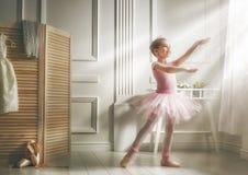 一件桃红色芭蕾舞短裙的女孩 免版税库存图片
