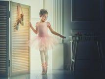 一件桃红色芭蕾舞短裙的女孩 免版税库存照片