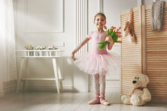 一件桃红色芭蕾舞短裙的女孩 库存照片