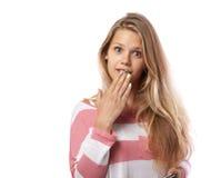一件桃红色衬衣的女孩报道她的嘴惊奇 库存图片