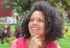 一件桃红色衬衣的想法的加勒比妇女 图库摄影
