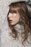 一件毛线衣的女孩在演播室 免版税图库摄影