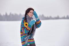 一件毛线衣的美丽的女孩在与一个杯子的冬天步行coffe 库存图片