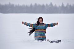 一件毛线衣的美丽的女孩在冬天步行, 免版税图库摄影