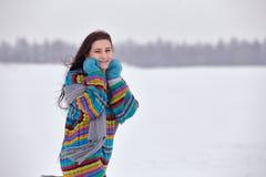 一件毛线衣的美丽的女孩在冬天步行, 图库摄影