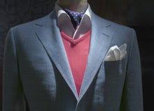 有红色毛线衣、衬衣、领带& Handk的浅兰的方格的夹克 免版税库存图片