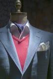 有红色毛线衣、衬衣、领带& Handk的浅兰的方格的夹克 免版税库存照片