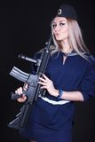 一件海军制服的妇女有攻击步枪的 免版税库存照片
