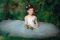 一件淡蓝的舞会礼服的女孩 免版税图库摄影