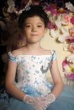 一件淡蓝的舞会礼服的女孩 免版税库存图片