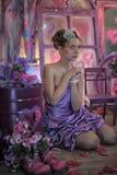一件淡紫色礼服的青少年的女孩 库存图片
