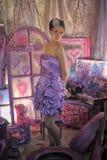 一件淡紫色礼服的青少年的女孩 免版税图库摄影