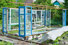 一间温室的建筑在从小块材料的庭院里 免版税图库摄影