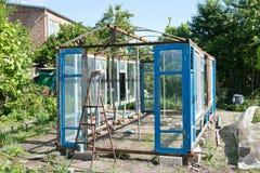 一间温室的建筑在从小块材料的庭院里 库存图片