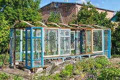 一间温室的建筑在从小块材料的庭院里 免版税库存图片