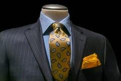 灰色镶边夹克、蓝色衬衣、被仿造的黄色领带& Handkerc 库存照片