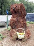 一头熊的图与菜篮子的  库存照片