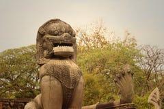 一头狮子的古铜色雕象在城堡的在泰国 免版税图库摄影