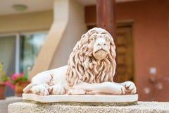 一头狮子的大理石雕塑在垫座的 免版税库存照片