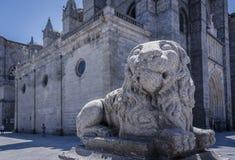 一头狮子的老雕象在阿维拉中世纪欧洲镇  免版税库存图片